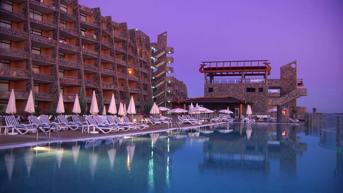 Neben der Aussicht schwärmen Urlauber auch von den großzügigen Zimmern und dem Freizeitangebot der Vier-Sterne-Unterkunft.