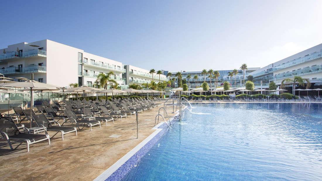 Ganz in Nähe des Sandstrandes Playa de la Fontanilla befindet sich das Gold-Award-Hotel Hipotels Gran Conil Hotel & Spa.