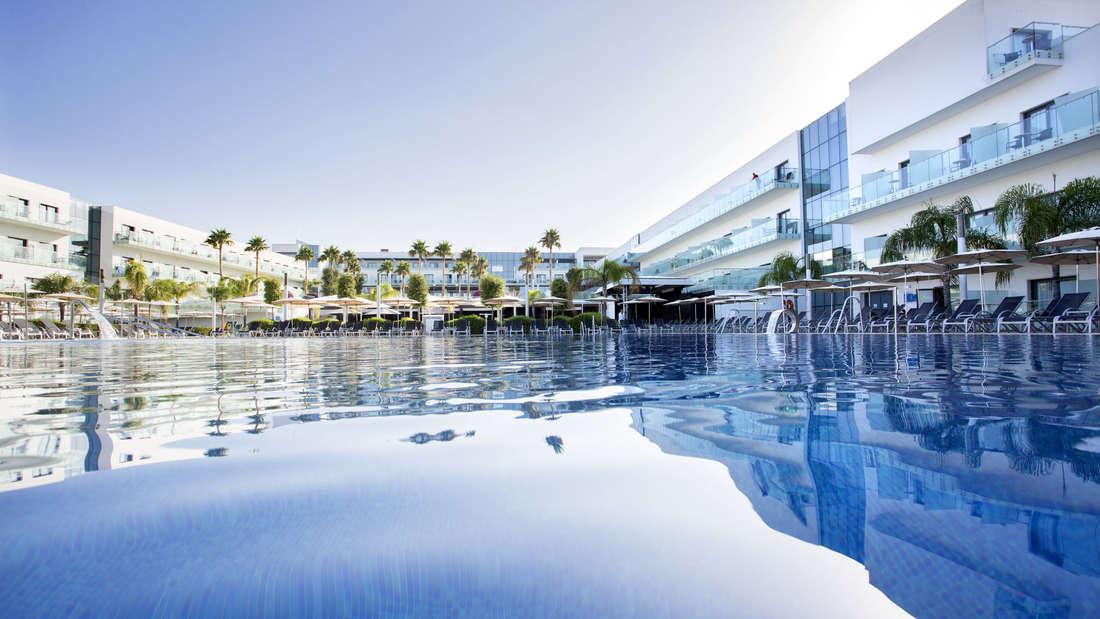 Mit Pool und Meerblick lädt das Vier-Sterne-Hotel zum Wohlfühlen ein.