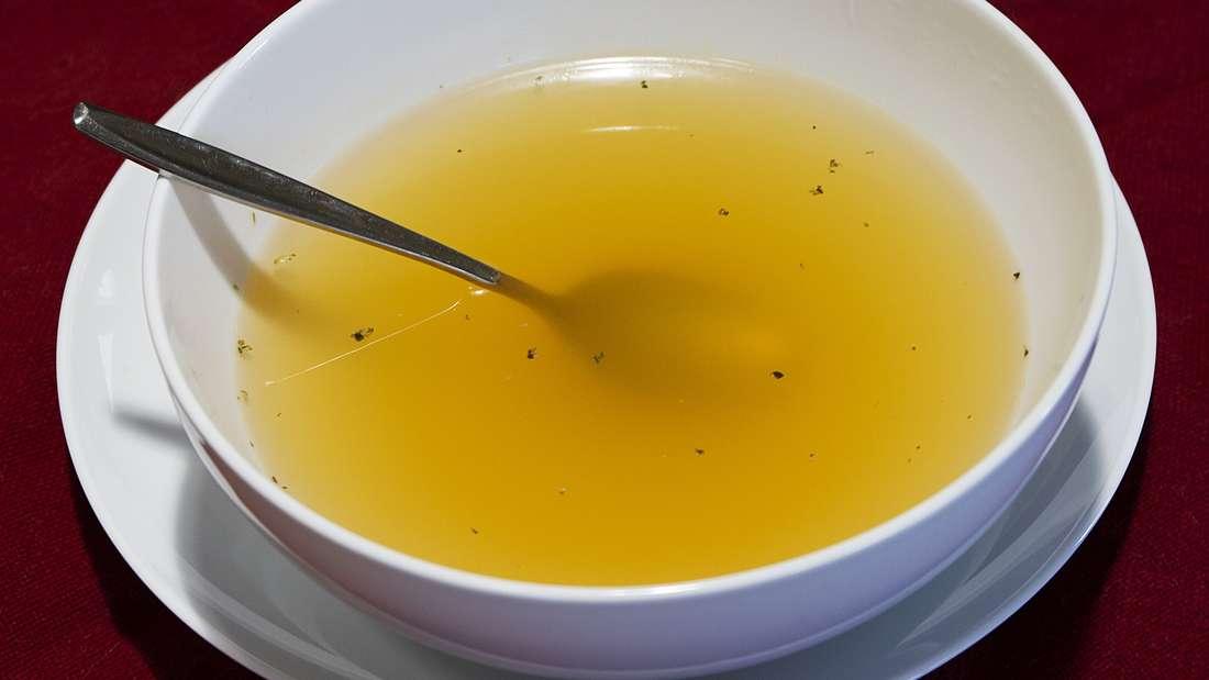 """Neben Medikamenten sollten Sie auch typische """"Erkältungsspeisen"""" daheim haben. Eine Suppe gehört da beispielsweise in jeden Vorratsschrank."""