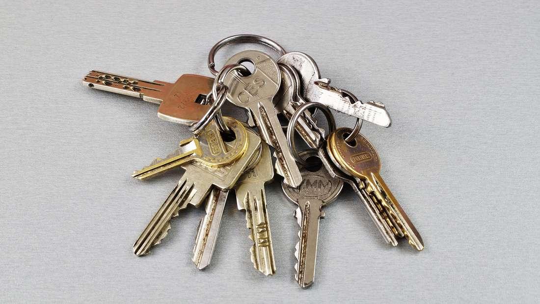 Es gibt kaum jemanden, der es noch nicht geschafft hat, sich aus der Wohnung auszusperren. Blöd ist dann nur, wenn sonst niemand darin lebt. Deshalb kontrollieren Sie immer, ob der Schlüssel auch dabei ist, wenn Sie Ihr Zuhause verlassen.