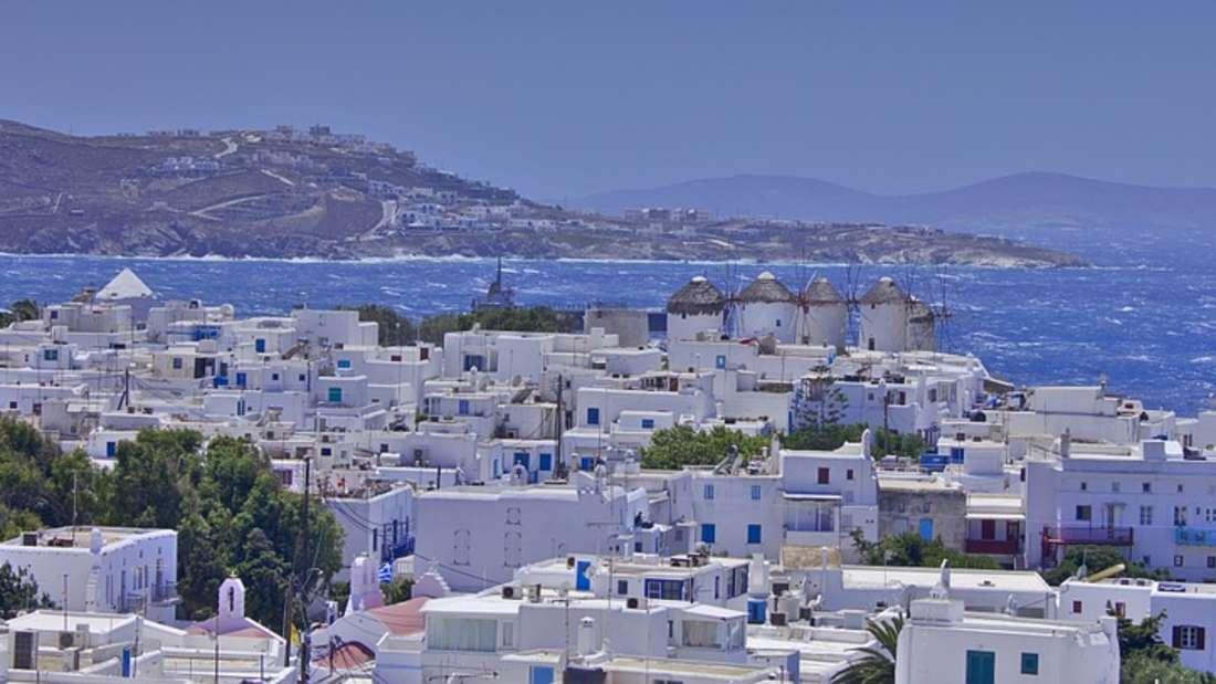 Sie waren noch nie in Griechenland? Vielleicht sollten Sie für Ihre erste Reise Mykonos ins Auge fassen. Malerisch beschreiben viele Urlauber die kleinen weißen Dörfer direkt am Meer.