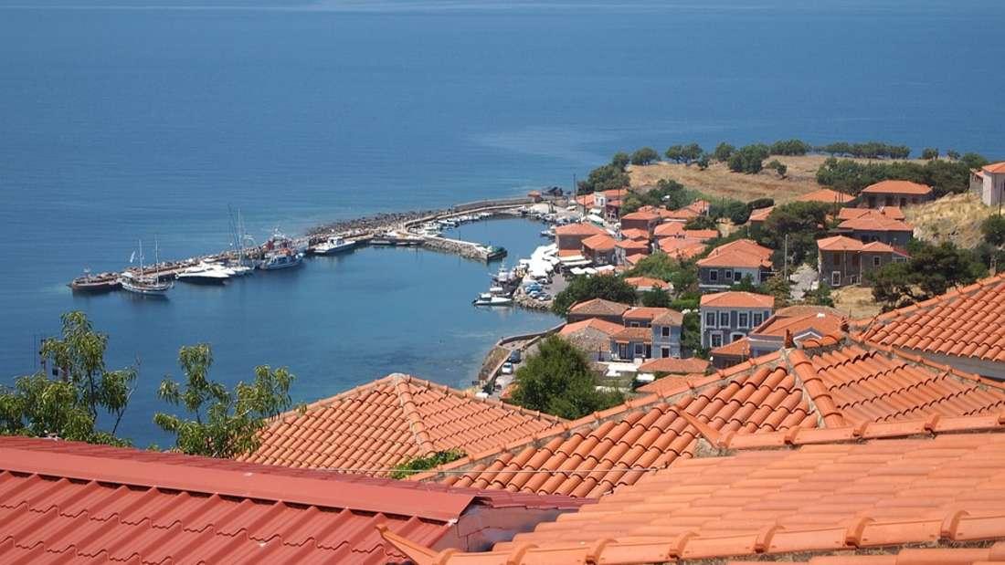 Die drittgrößte Insel Lesbos gehört zu denNord-Ost-Ägäischen Inseln. Den außerordentlichen Reiz macht die vielfältige Landschaft mit Olivenhainen und Stränden aus, alte Gebäude reihen sich entlang der Uferpromenade von Mytilini, der größten Stadt von Lesbos.
