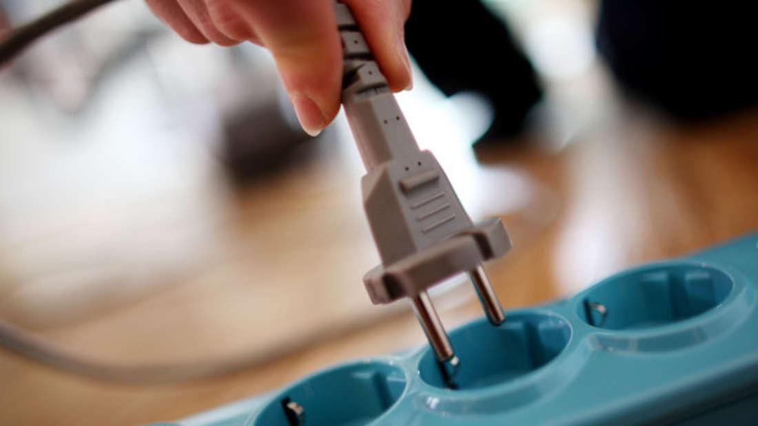 Damit der Staubsauger immer schön funktionstüchtig ist, sollten Sie das Kabel sorgsam aufrollen. Ansonsten kann es versehentlich malbeschädigt werden - zum Beispiel, wenn es in die Tür eingeklemmt wird.