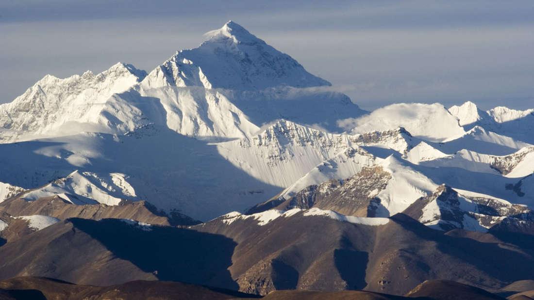 Der höchste Berg der Welt ist mittlerweile zur Touristenattraktion geworden - was viele Gefahren mit sich bringt.
