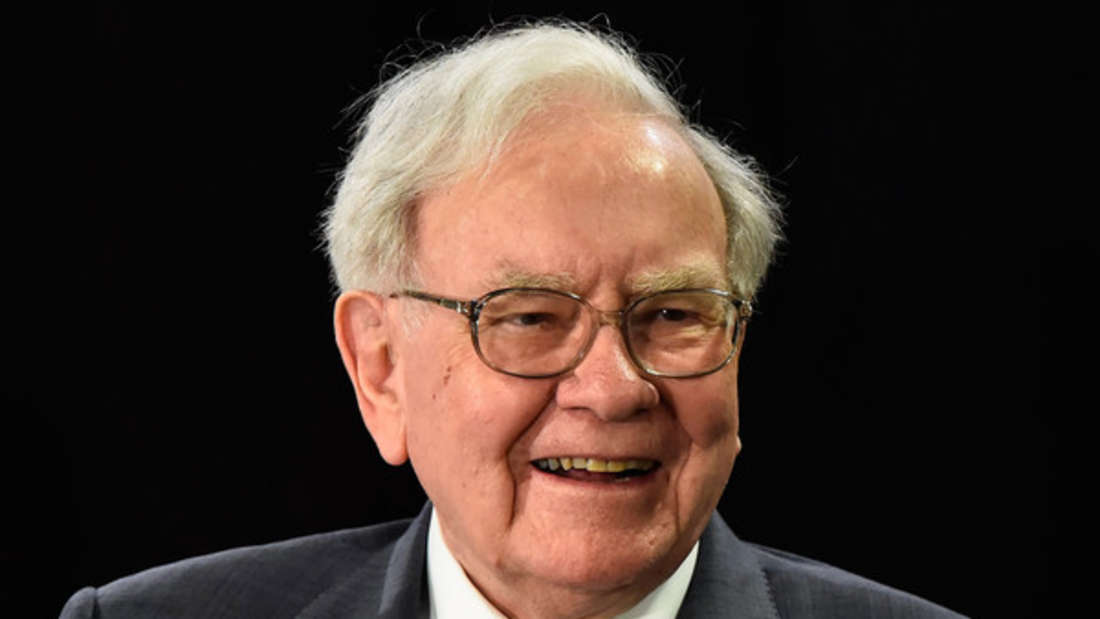 US-Investmentlegende Warren Buffett ist dieses Jahr auf den dritten Platz gerutscht. Dem Finanzgenie gehört die Holdinggesellschaft Berkshire Hathaway, zu der über 60 Firmen gehören - von Batterieherstellern bis Fast Food-Ketten. Er soll ein geschätztes Vermögen von circa 91 Milliarden Dollar (etwa 74 Milliarden Euro) besitzen - und ist damit nur knapp hinter Bill Gates.