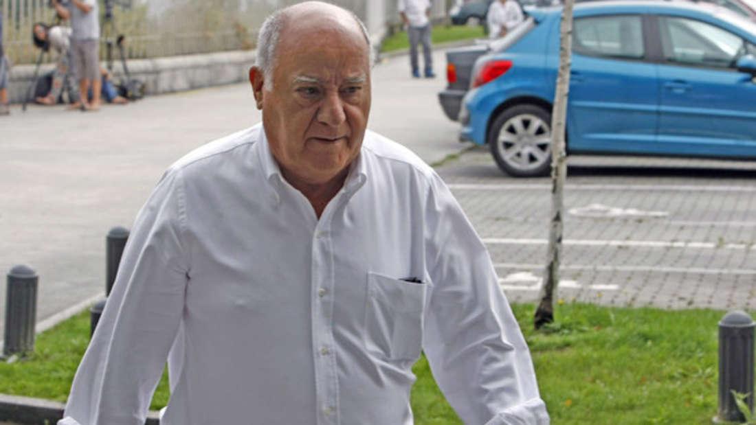 """Mit """"nur"""" 66 Milliarden Dollar (circa 54 Milliarden Euro) und dem sehcsten Platz muss sich der Spanier Amancio Ortega begnügen. Damit ist er zum vergangenen Jahr im Ranking einen Platz nach hinten gerutscht. Ihm gehört der Textilkonzern Inditex, zudem bekannte Modemarken wie Zara, Pull & Bear oder Bershka gehören. Sein Trostpflaster: Er soll noch immer der reichste Mann Europas sein."""
