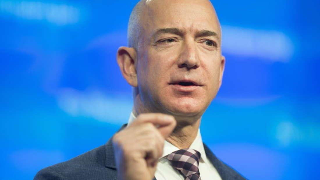 Amazon-Gründer Jeff Bezos ist 2018 klarer Sieger - er ist sogar der erste Mensch, der die 100-Milliarden-Marke (circa 81 Milliarden Euro) geknackt hat. Zusätzlich zum Online-Händlerriesen gehören ihm die US-amerikanische Tageszeitung The Washington Post und dasLuft- undRaumfahrtunternehmen Blue Origin.