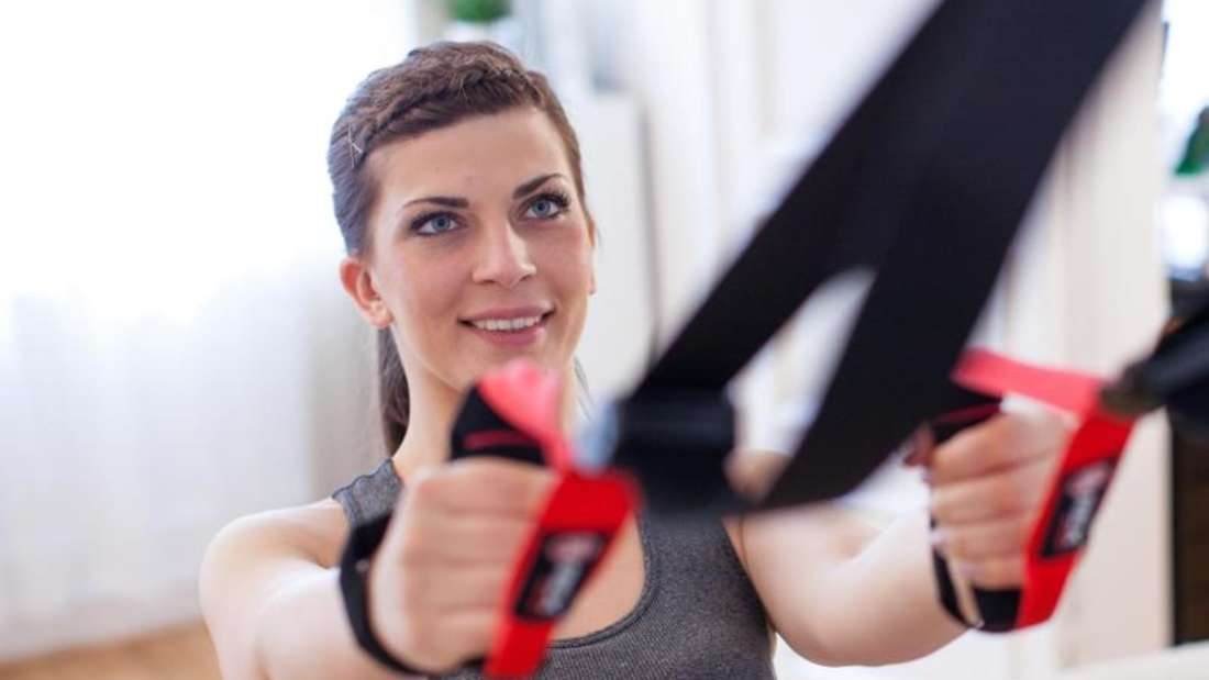Wer nicht im Studio trainieren will, kann die Schlingentrainer auch zu Hause einsetzen. Foto: Christin Klose