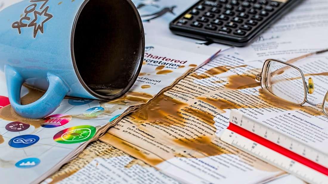 Kaffee hinterlässt hartnäckige Flecken.