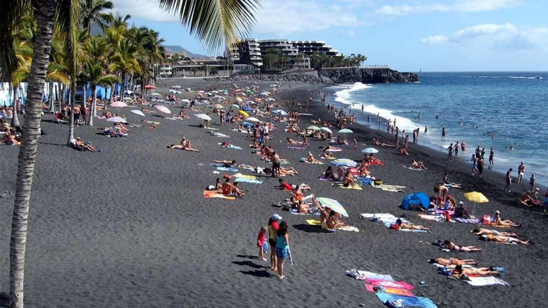 Dank des vulkanischen Ursprungs der Kanareninsel Puerto Naos besteht er aus schwarzem Lavasand. Der Sand schimmert zudem leicht grün, da er Olivenstaub enthält. Die Palmen am Rande des Strandes spenden Schatten an heißen Sommertagen.