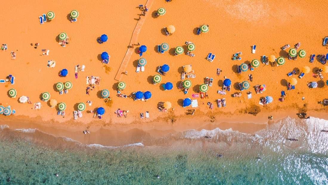 """Ramla Bay, Malta: Wenn Urlauber rot sehen: Der rötlich-goldene Sandstrand in der Ramla Bay im Norden der Insel Gozo kombiniert mit der grünen Landschaft ergibt ein besonders schönes Farbspiel. Zudem ist die Ramla Bay ein historischer Ort: Im Sand befinden sich vergrabene römische Ruinen ebenso wie die """"Höhle der Kalypso"""", die am westlichen Teil der Bucht liegt."""
