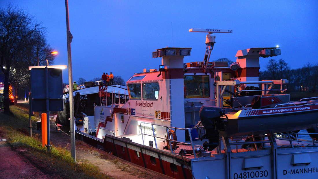 Kurz vor der Schleuse Feudenheim bricht am Dienstagabend auf einem Gütermotor-Schiff ein Feuer aus.