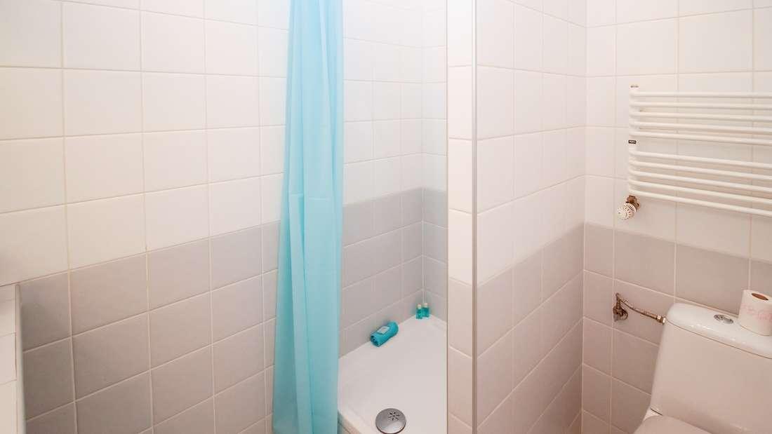 Am Duschvorhang bilden sich oft unschöne Verfärbungen.