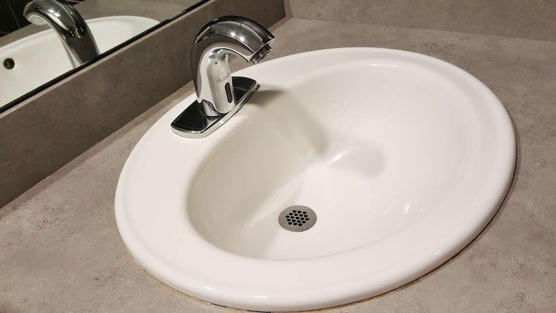 Mit den richtigen Mitteln reinigen Sie das Waschbecken kinderleicht.