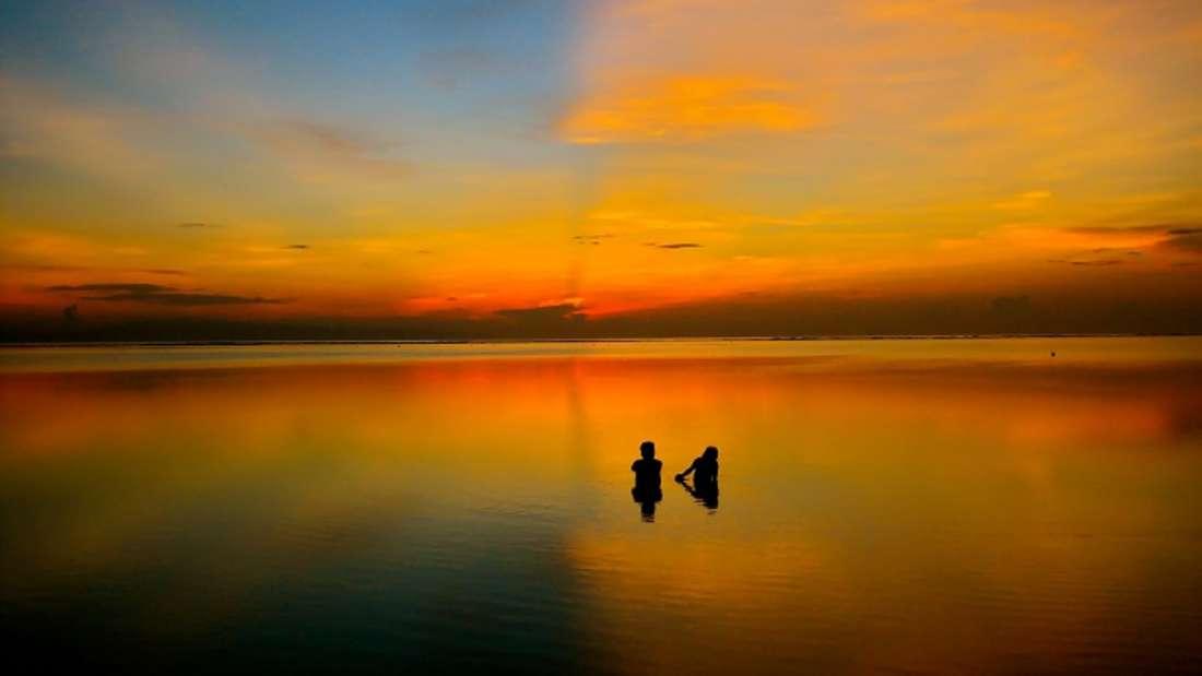 KlarerSonnenuntergang über dem Meer Bali.