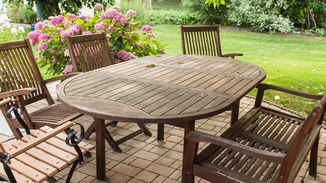 Egal ob aus Holz, Plastik oder Metall: Gartenmöbel reinigen Sie mit alten Hausmitteln wieder blitzeblank.