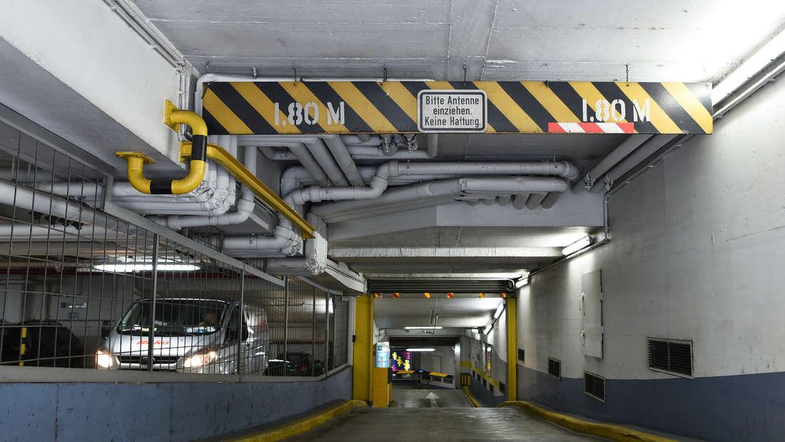 """Einfahrt in das Parkhaus""""Am Theater""""- Die Einfahrthöhe beträgt nur 1,80 Meter."""