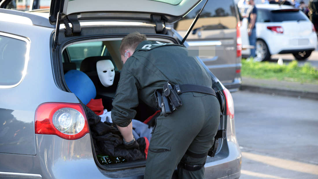 Die Polizei kontrolliert am Samstag Anreisende zur Time Warp.