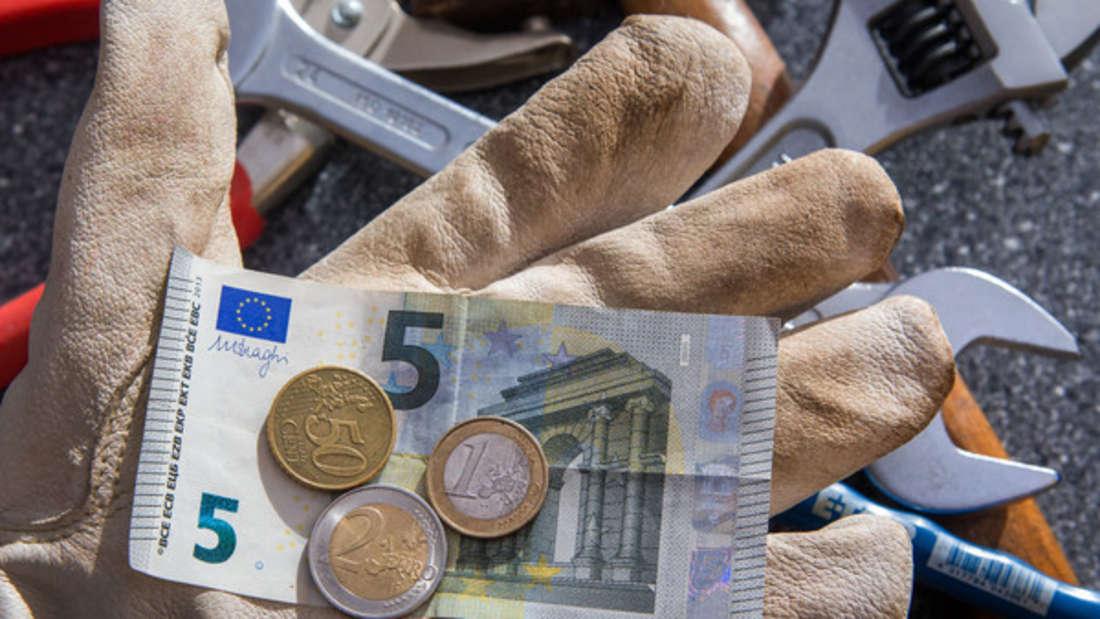 Der Mindestlohn in Deutschland beträgt aktuell 8,84Euro. Doch das reicht bei weitem nicht aus, wenn man fürs Alter vorbauen möchte.