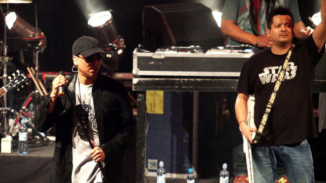 Xavier Naidoo und Robbee Mariano bei einem Auftritt der Söhne Mannheims 2011 in Warschau (Archiv)