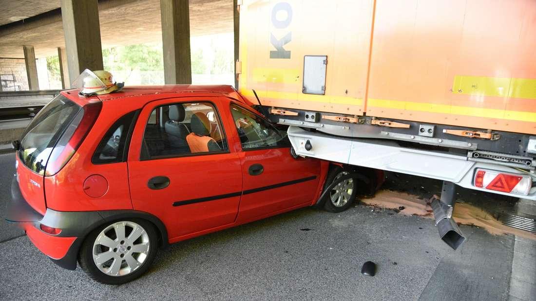 Opel kracht in parkenden Lkw bei B38