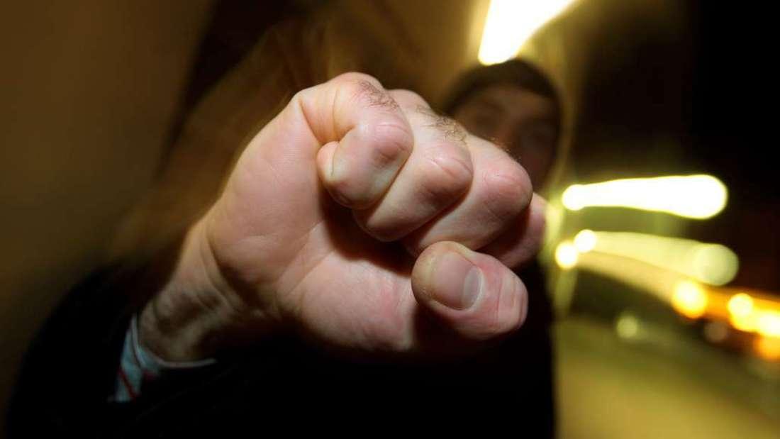 Ein 42-Jähriger wird Opfer eines Raubüberfalls in der Nebeniusstraße. (Symbolbild)