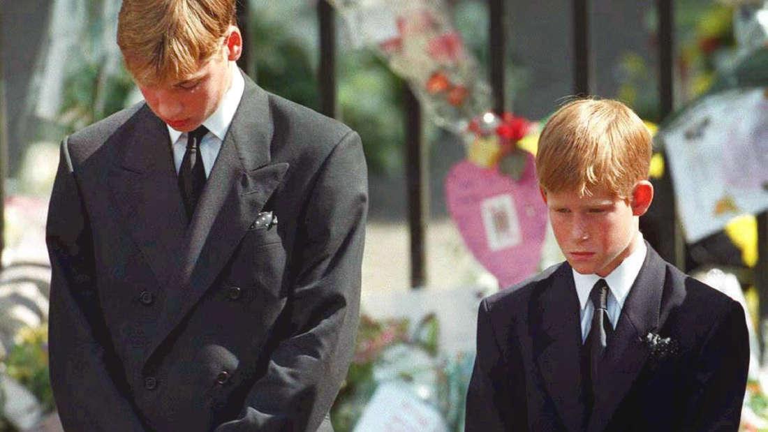 Mit gesenktem Köpfen verfolgen Prinz William (links) und Prinz Harry wie der Sarg mit den sterblichen Überresten ihrer Mutter nach der Trauerfeier am 6. September 1997 aus der Westminister Abtei getragen wird.