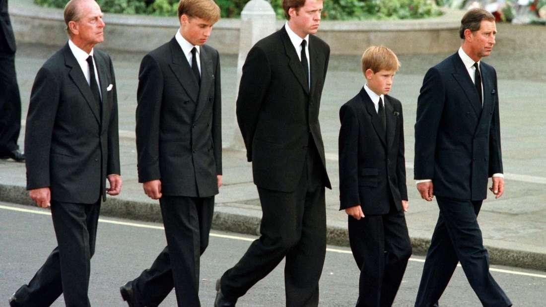 Ein Foto das die Welt erschüttert. Beim Trauerzug für Diana läuft Prinz Harry (12) neben seinem VaterPrinz Charles hinter dem Sarg seiner Mutter Diana.
