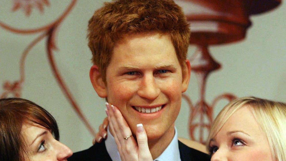 Ausgerechnet in einem Strip-Lokal feierte Prinz Harry im April 2006 den Abschluss seiner Offiziersausbildung. Als Wachsfigur bei Madame Tussaud's ist der Frauenschwarm ein begehrtes Fotomotiv.