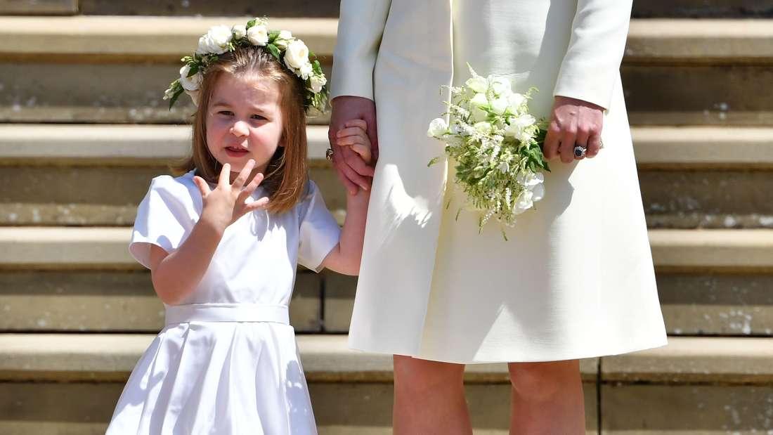 Blumenkranz im Haar: Die kleine Charlotte (3) war einfach so süß. Das weiße Kleidchen stammt übrigens auch aus dem Hause Givenchy.