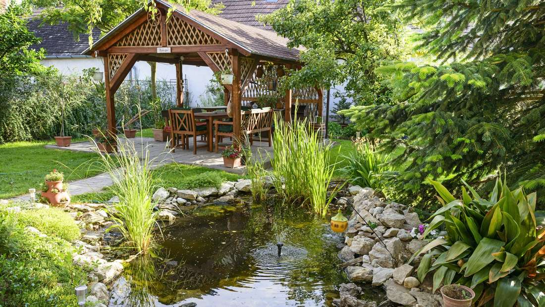 Mit solarbetriebenen Teichpumpen spart man nicht nur Stromkosten, auch optisch bieten diesen einen Vorteil, da eine Verkabelung durch den Garten zum Teich wegfällt.