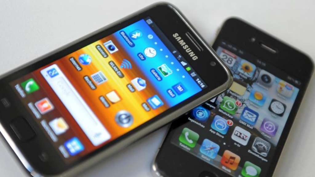 Ein Samsung Galaxy II (l) und ein Apple iPhone IV. Foto: Andreas Gebert/Illustration