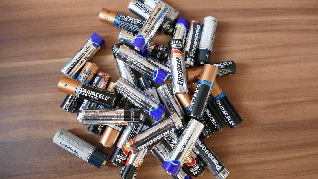 Bei so vielen Batterien ist es schwierig herauszufinden, welche geladen sind.