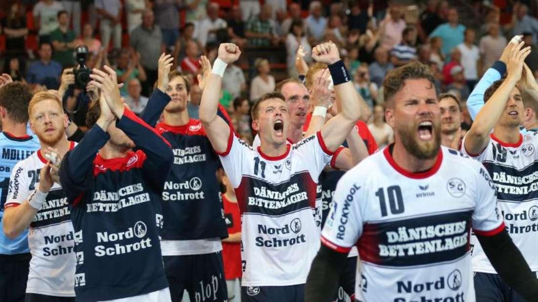 Die Spieler der SG Flensburg-Handewitt jubeln nach dem Sieg bei TuS N-Lübbecke. Foto: Friso Gentsch