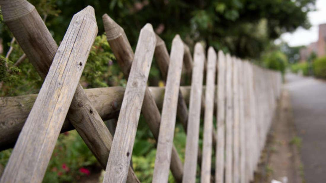 Über einen Zaun um das Grundstück herum will man eigentlich selbst entscheiden - ein Paar wurde allerdings vor zwei Meter hohe Tatsachen gestellt (Symbolbild).