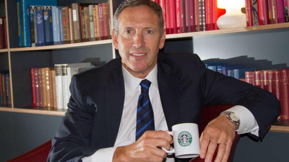 Als Kind wuchs er in einem Armenviertel auf, heute ist er CEO der wohl bekanntesten Coffeeshop-Kette der Welt: Howard Schultz. Er hat Starbucks zu dem gemacht, was es heute ist - unter ihm wurden weltweit 16.000 Filialen geöffnet. Zahl steigend. Der Erfolg kam, als er nach seinem Studium das erste Café der Kette übernahm, als es noch in Kinderschuhen steckte. Aktuelles Vermögen: 2,8 Milliarden Dollar.