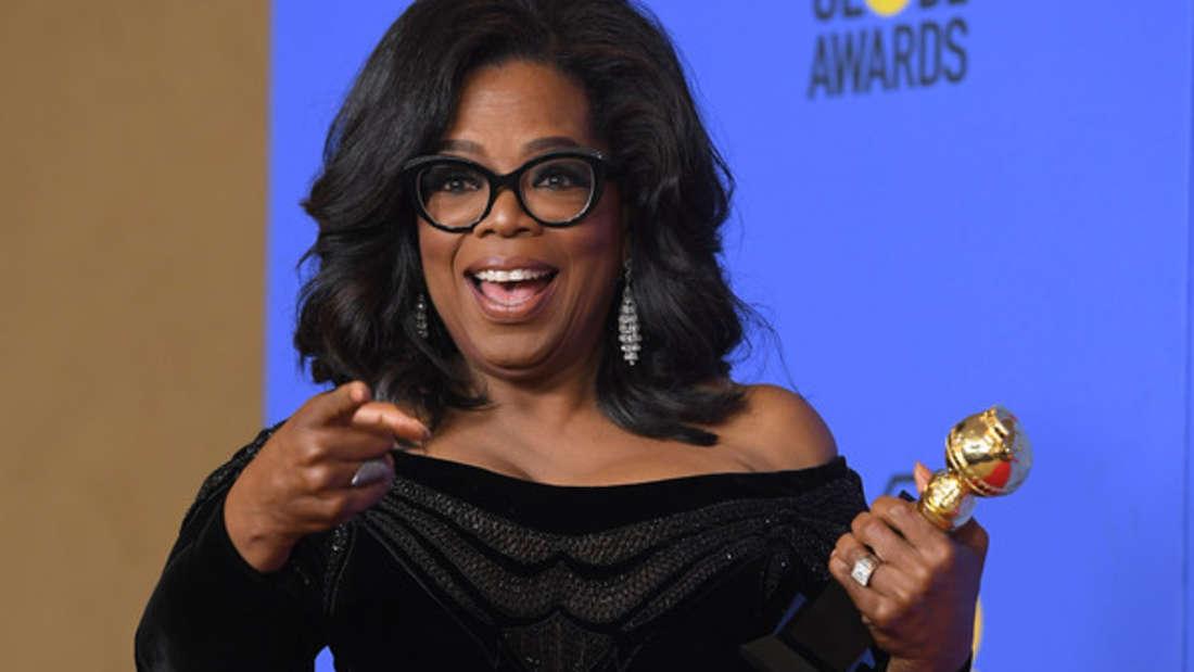 Sie ist wohl Amerikas bekannteste und beliebteste TV-Talkmasterin aller Zeiten: Oprah Winfrey. Ihre Vermögen wird auf 2,8 Milliarden Euro geschätzt. Doch das war nicht immer so. Sie wurde in eine arme Familie in Mississippi geboren, konnte jedoch ein Stipendium an der Tennessee State University ergattern. Dort wurde sie mit 19 Jahren die erste afro-amerikanische TV-Korrespondentin. Anschließend zog sie nach Chicago, um für eine Morgen-Talkshow zu arbeiten. Der Rest ist Geschichte.