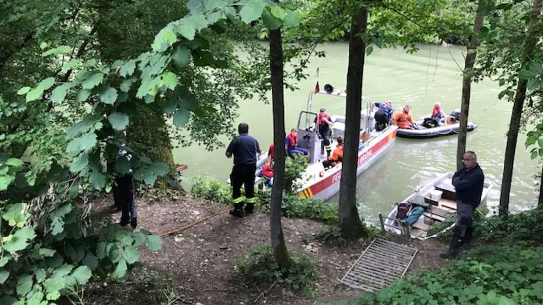 Die Einsatzkräfte können nur noch den Tod der im Altrhein treibenden Person feststellen.