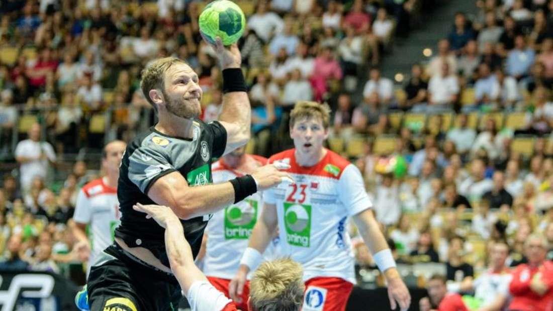 Steffen Weinhold (l) setzt sich gegen den Norweger Magnus Jöndal durch und trifft zum 9:9.