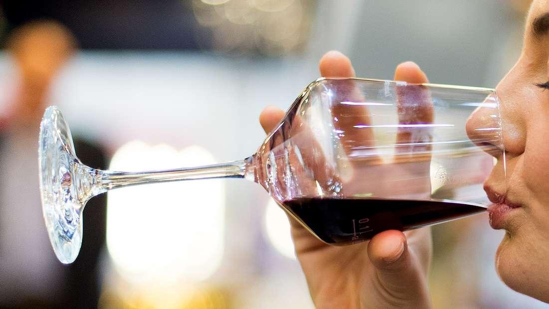 Ein Rotweinfleck ist für viele ein Albtraum - mit den richtigen Hausmitteln muss er das aber nicht sein.