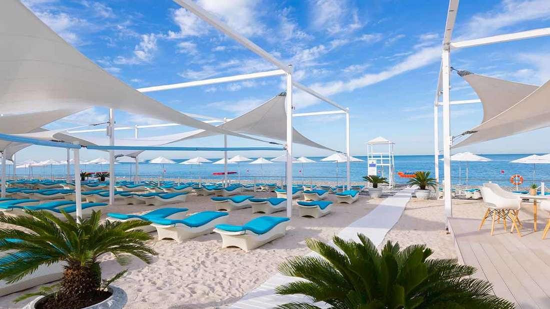 Privatstrand am Schwarzen Meer, Spa, Fitnesscenter und zwei Außenpools mit Bar.