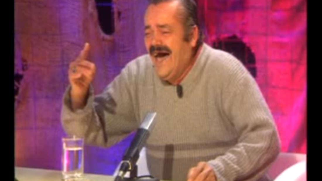 Wer ist der fröhliche, spanisch sprechende Herr? Und worüber lacht er wirklich?