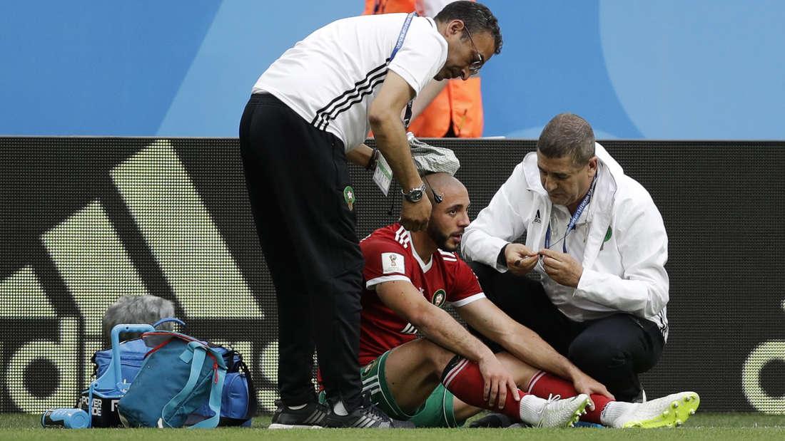 Marokkos Nordin Amrabat wird am Spielfeldrand behandelt.