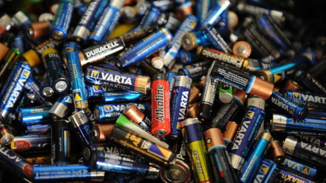 Ausgelaufene Batterieflüssigkeit ist in der Regel nicht gesundheitsschädlich.