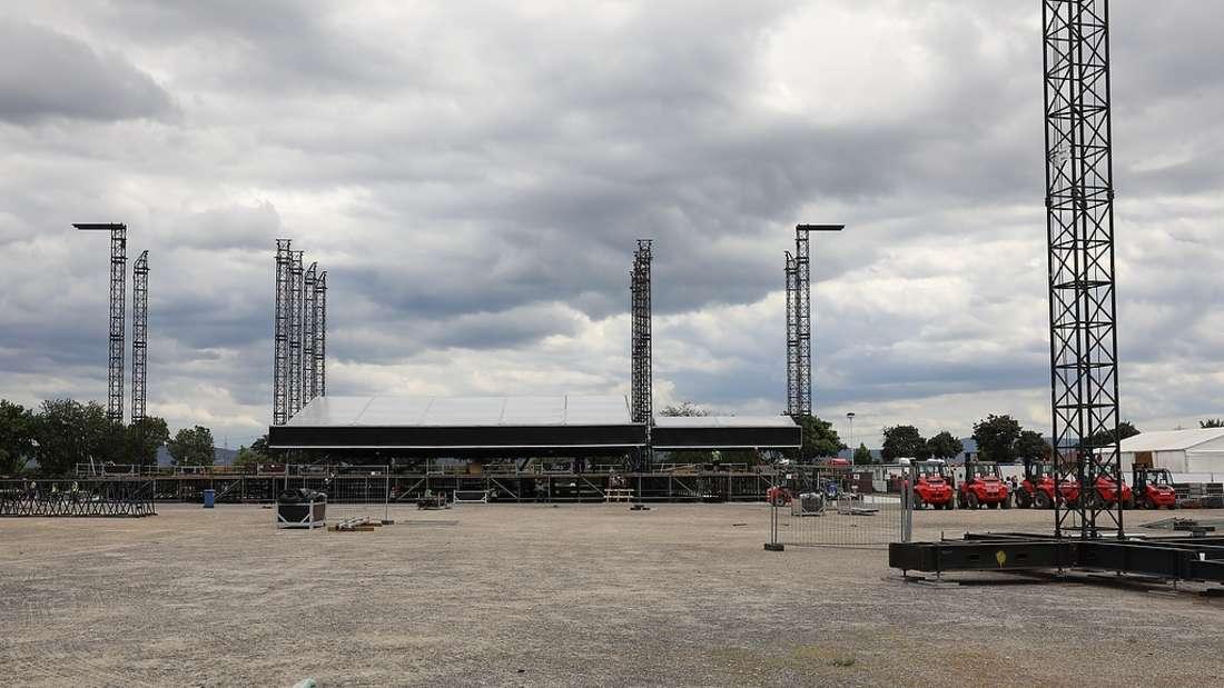 Noch ist nicht viel von der insgesamt 21 Meter langen Bühne zu sehen.