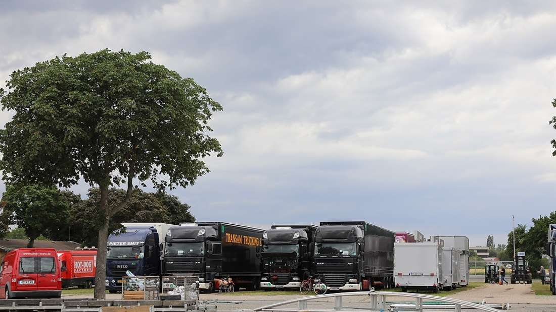 In 20 Trucks ist die gesamte Produktion verstaut.