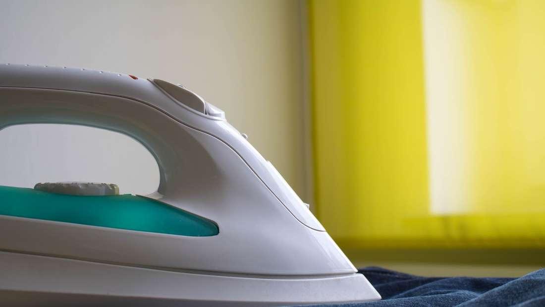 Wer sein Bügeleisen oft benutzt, muss früher oder später mit Brandflecken rechnen. Doch das ist kein Problem: Streuen Sie etwas Salz auf Küchenpapier und bügeln Sie sanft darüber. Anschließend abkühlen lassen und abwischen - schon sind die Verschmutzungen am Bügeleisen verschwunden.