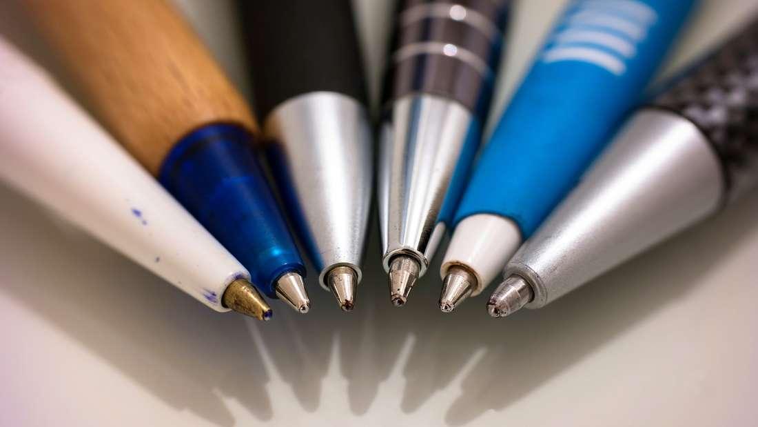 Nur einmal abgerutscht - schon ist die Kleidung oder das Sofa voller Kugelschreiberflecken.