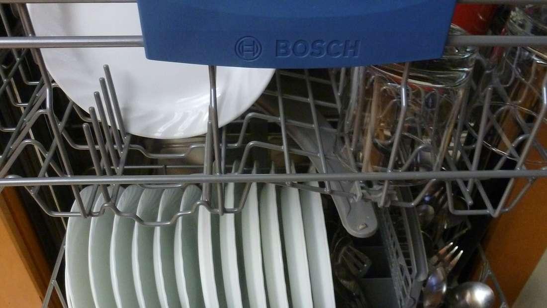 Die Spülmaschine lässt sich mit zahlreichen Hausmitteln wie Natron oder Essig reinigen.